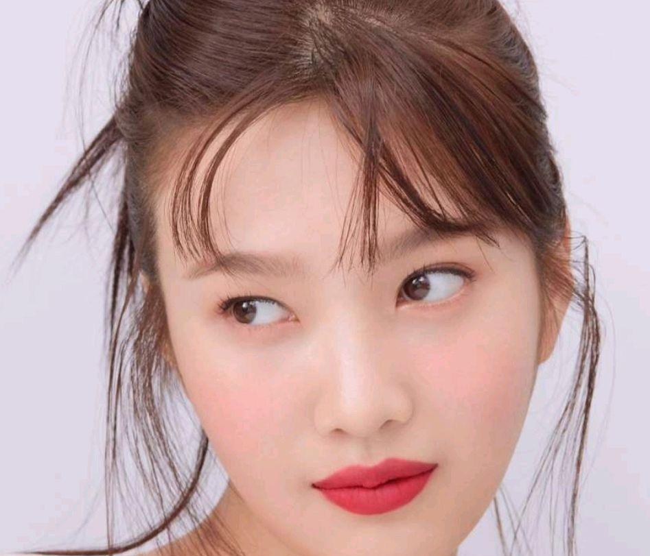 韩国女星朴秀荣拍摄高端时尚杂志《mina米娜》明眸皓齿,气质不凡