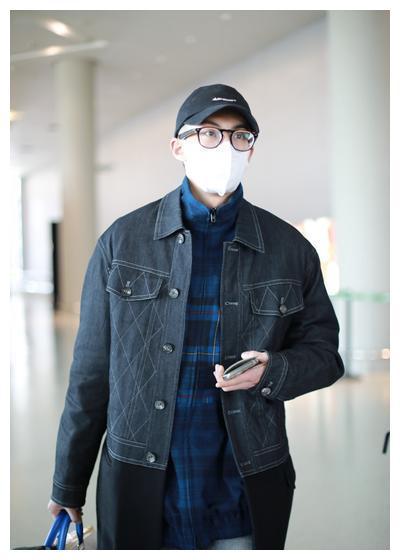 王鹤棣口罩遮面现身机场 戴圆眼镜斯文气质满满