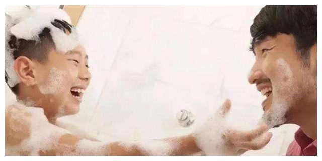 4岁男孩想帮爸爸搓澡,被拒门外痛哭,妈妈看后哭笑不得