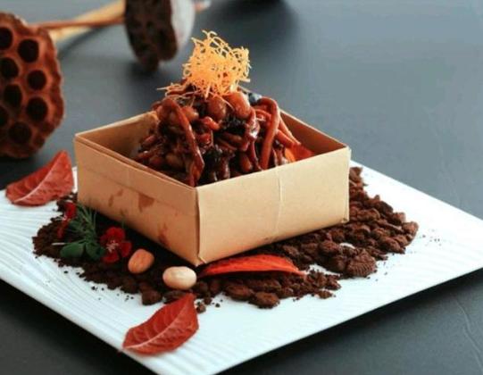 茶树菇酱花生、焦糖炭烧肉、黑鱼子花胶篮子鱼汤