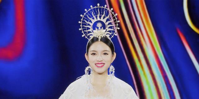 张梓琳挺孕肚上春晚,白色羽毛裙造型绝美,衣服重达80斤