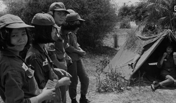 1979年2月19日,这个解放军战士以一己之力救了300人的命