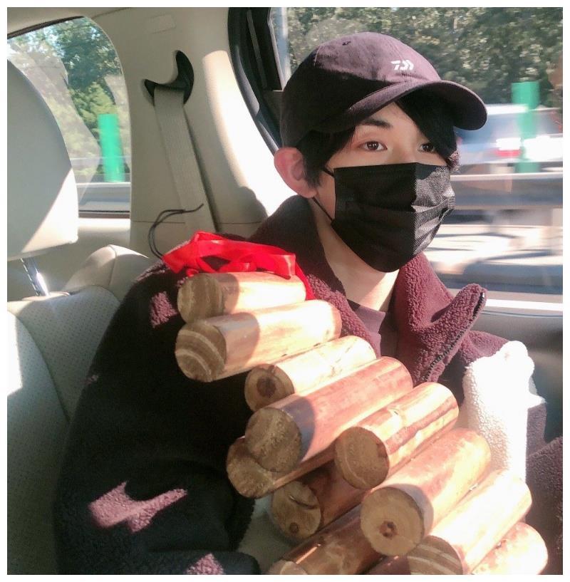 明星收的奇葩礼物,郭俊辰收到木头,张雨绮收大蒜,而他就一袋土