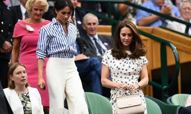 哈里夫妇合体!梅根低扎马尾穿条纹衬衫,39岁的她知性又减龄