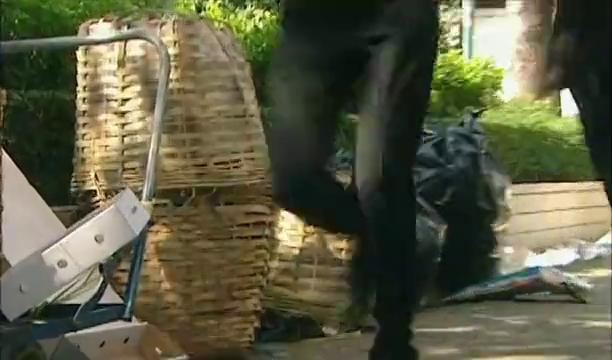 私生饭藏在竹笼里追星,被警察发现,还以为是嫌疑犯