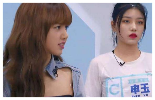 Lisa肯定申洁站C位?有谁注意她的表情?网友:尴尬又不失礼貌!
