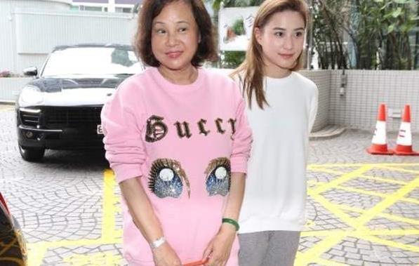 陈婉珍年轻时穿印花旗袍显高贵,67岁时穿印花依然美丽