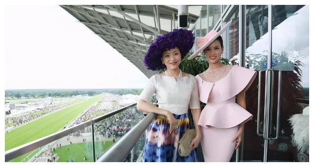 杨澜去国外真洋气,穿彩色连衣裙配紫色大礼帽,比洋人更高贵