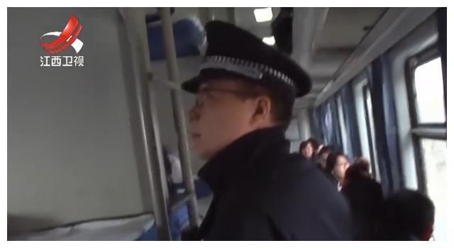 乘客抱着满月大婴儿,乘警一看边上多张用过尿不湿,觉得事情蹊跷