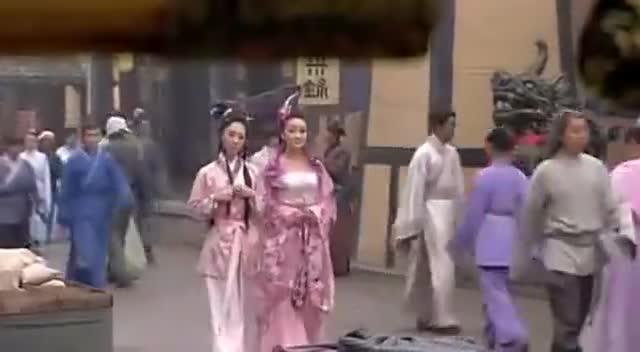 两个妖精幻成人形,走在大街上,没想到对小伙一见钟情