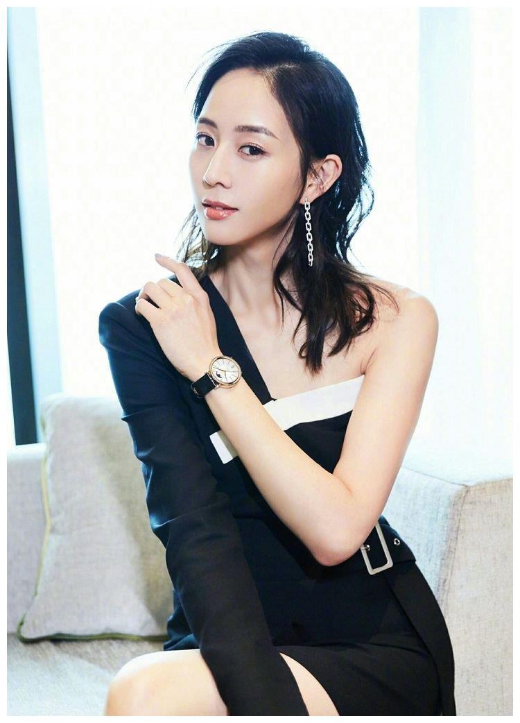 张钧甯这套露半边肩的西装风连体裙,造型独特,绝对称得上高雅