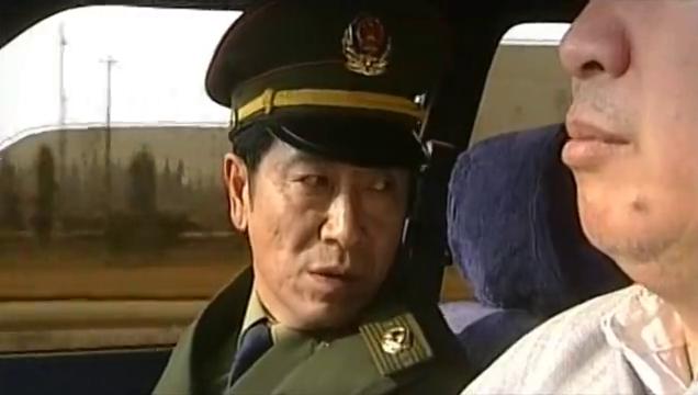 警员通知队长妻子病重,但队长为了任务,竟不管妻子继续办案!