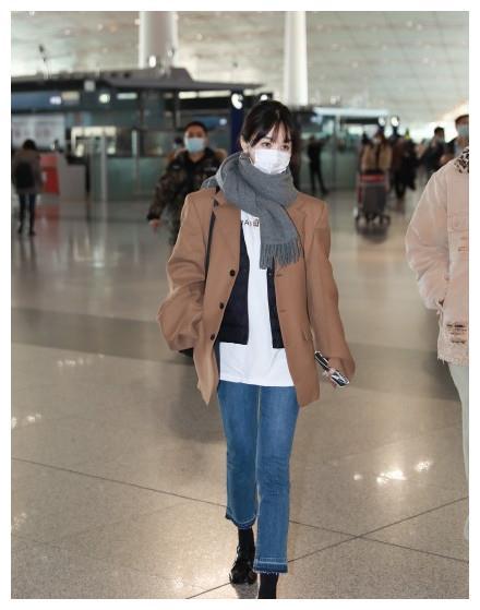 李菲儿机场私服,通勤舒适显气质身材绝了