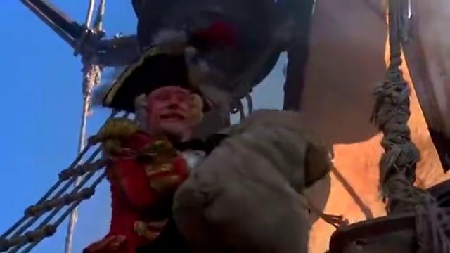小女孩被误以为是沙袋从氢气球上丢下去,还好挂在钩子上没掉下
