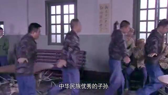 隔壁团打下敌机,庆功演节目,肖占武坐在一旁尴尬了