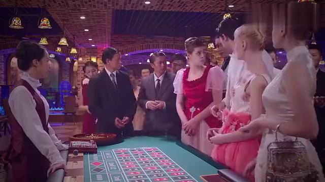 赌场庄家出老千,用磁铁操控轮盘,看小伙如何破解庄家的小伎俩