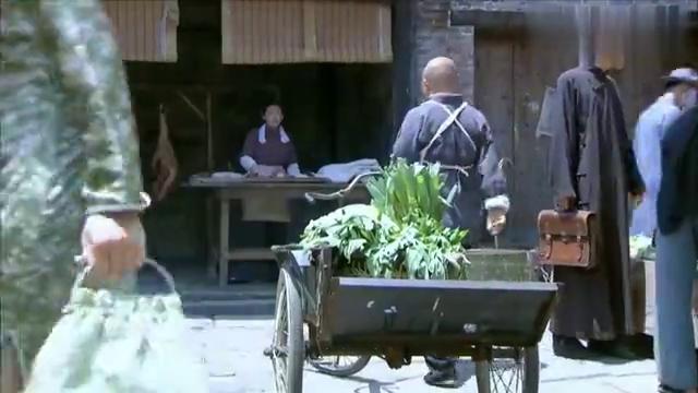 狐影:间谍在猪腿里藏炸弹,运到厨房小伙拿刀切,果不其然!