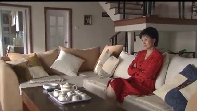 婆婆一大早就起床看新闻,还穿了一身的红,说是为了图个喜气