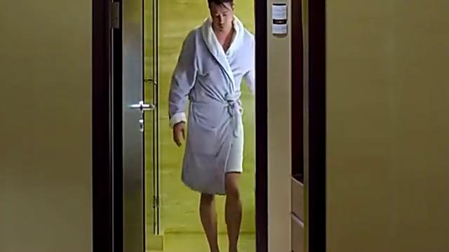 总裁刚刚洗完澡,不料小助理竟然发来了自己的靓照,差点流鼻血