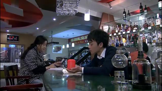 顾客撒酒疯,非要老板娘陪酒,儿子忍不了提着酒瓶就上