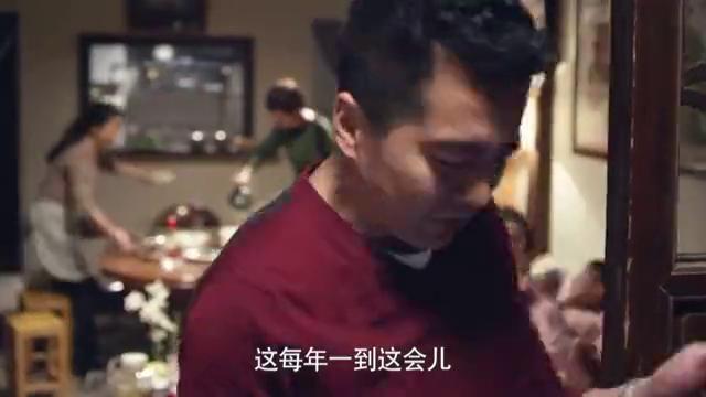 过年本该合家欢乐,女孩却只能跪在地下和母亲遗照吃饺子,真揪心