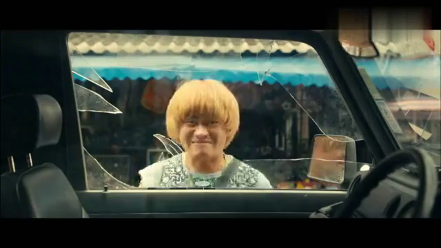 泰囧:男子想把车门打开,队友就很直接,直接就把车窗砸碎了