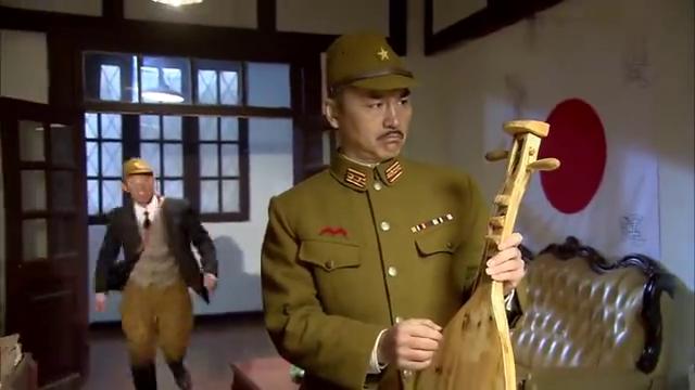 汉奸翻译官向岗村汇报情况,岗村让他以后严加防范!