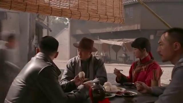 小伙跟朋友吃饭时,看见工人游行遭镇压,小伙鸣枪解危机