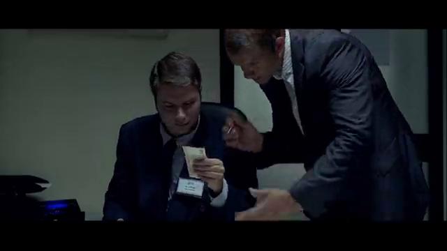 男子拿出笔,就这么一扎,验钞人员就被麻醉了!