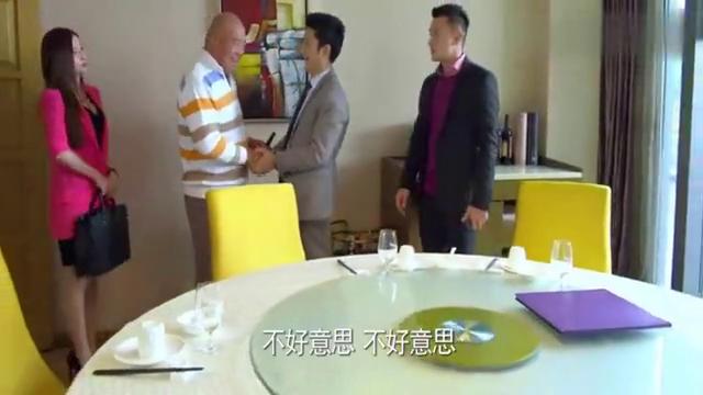 杜建国带着陆晓东见土豪客户,没想到土豪瞧不起他,不和他握手!