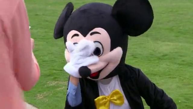 南迪扮成米老鼠,让多美做自己女朋友,多美答应了
