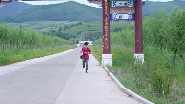方亮、袁媛执意要和郑合适一起去,四人坐着公交车一大早开始出发