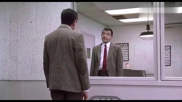 憨豆照镜子自我陶醉,不料是个双面镜后面有人