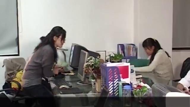 男子被同事败坏名声,俩人在公司起冲突大打出手,老板出面调停