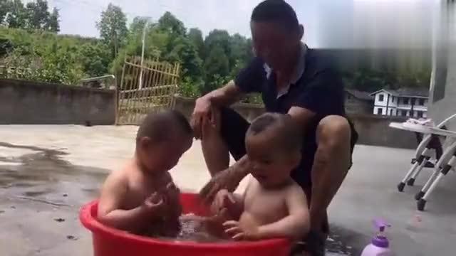双胞胎宝宝受不了严寒酷暑,忍不住在院子里泡澡,太可爱了!