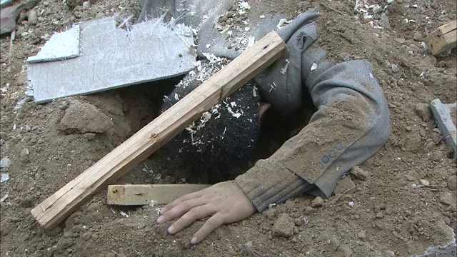 案发现场:建筑工地发现尸体,警方前去勘察,被埋土里