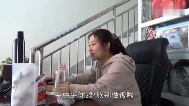 奶奶担心孩子没饭吃,做了八九张韭菜盒子,英华接到电话赶紧回家
