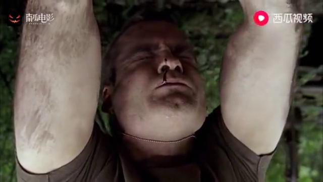 野蛮人把大叔吊在树上,上来就给他几刀,简直丧心病狂