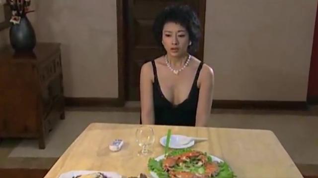 心机女为男子准备一桌菜,庆祝他和妻子纪念日,却不知妻子在家等