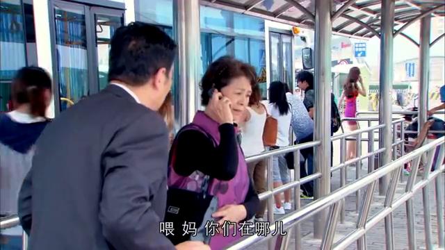 漂亮儿媳到车站接农村公婆,怎料公婆见儿媳的穿着,顿时说不出话
