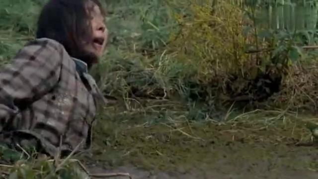 晓红为了救白鸽,亲自跳进沼泽里,俩人双双没影了