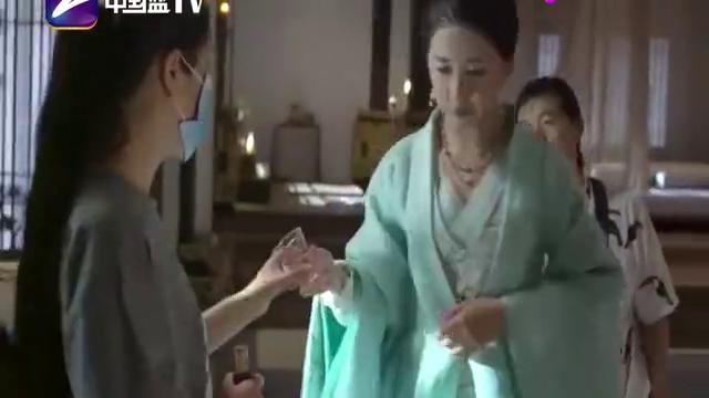白发王妃:张雪迎陈欣予拼酒量,两大女神平分秋色,太霸气了!