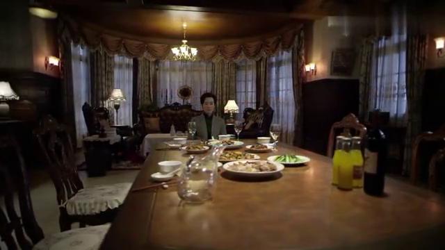 伪装者:除夕之夜,偌大的餐桌只有明镜一人,显得有些凄凉