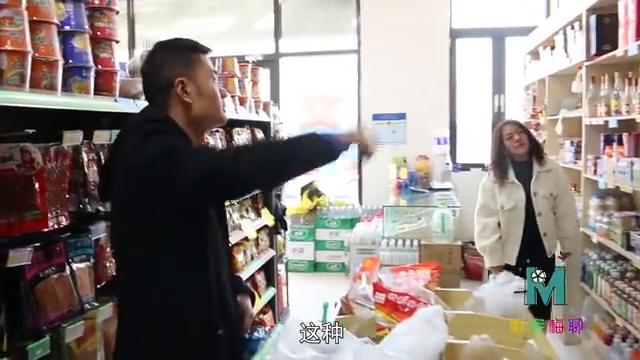 超市搞活动,只要买酒就送橙汁,没想却被小伙捡了个大便宜
