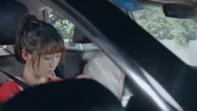 女孩太幸运了,居然坐男神的副驾驶,还帮他开导航,很幸福吧