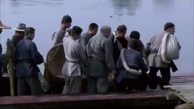绝战:国军和老百姓抢船,黎明江刚巧路过,发现他们都是小鬼子