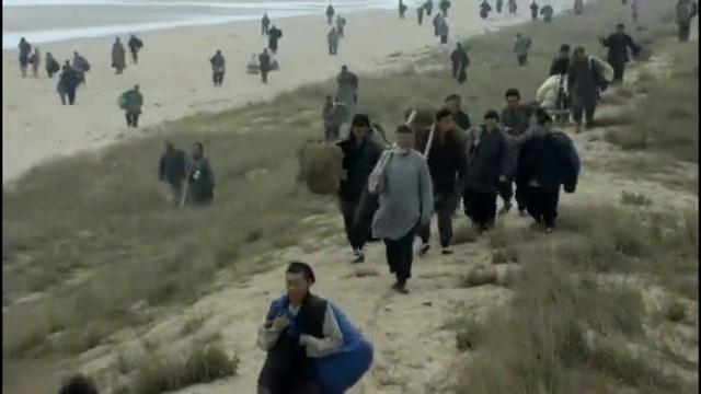 大妹子带着三个儿子到龙口港,没想到大批难民滞留,饥寒交迫