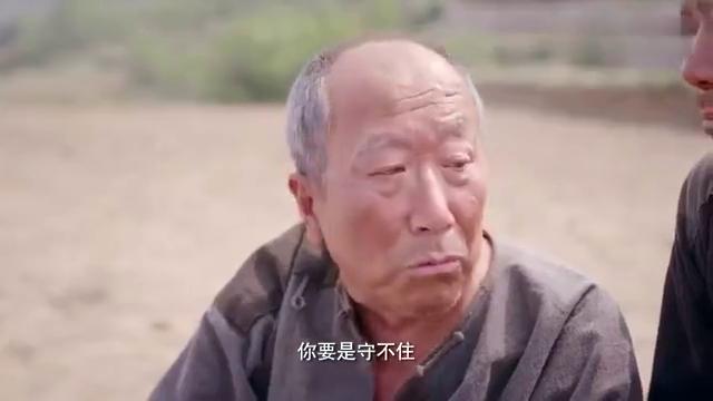 老农民:牛叔让儿子把他背到地里,让儿子守住家里的土地,和枣树