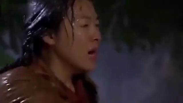 养母冒着雨寻找秦川,秦川躲在茅草屋,以为妈妈不要他了