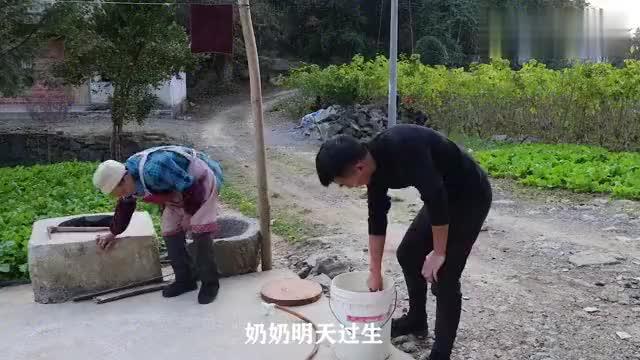 奶奶明天过生,一家人又是杀鱼又是炖猪脚,说说笑笑温馨农村生活